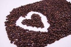 De bonen van de koffie op witte achtergrond royalty-vrije stock foto's