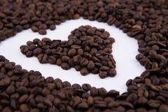 De bonen van de koffie op witte achtergrond royalty-vrije stock afbeelding