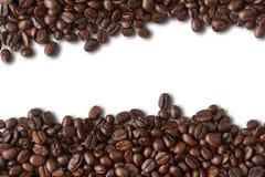 De bonen van de koffie op witte achtergrond Stock Foto's