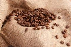 De bonen van de koffie op zak Stock Foto's