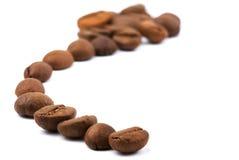 De bonen van de koffie trekken een geïsoleerdee zigzaglijn op wit Royalty-vrije Stock Afbeelding