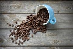 De Bonen van de koffie vormen Achtergrond tot een kom Royalty-vrije Stock Foto