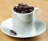 De bonen van de koffie in witte kopclose-up Royalty-vrije Stock Afbeeldingen