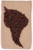 De bonen van de koffie in Zuid-Amerika op bruine zak. Royalty-vrije Stock Fotografie