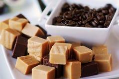 De bonen van de zachte toffee en van de koffie op een plaat Stock Afbeelding