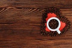 De bonen van de koffie in een witte kop stock afbeelding