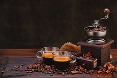 De bonen van de koffie en molen Stock Foto's