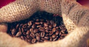 De bonen van de koffie De de handenaanraking van vrouwen bereikt koffiebonen van een zak koffie De kwaliteit van geroosterde koff stock video