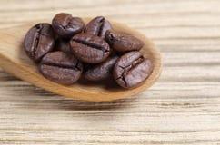 De bonen van de koffie in lepel royalty-vrije stock foto's