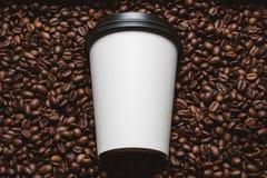 De bonen van de koffie met witte kop Stock Fotografie