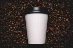De bonen van de koffie met witte kop Royalty-vrije Stock Afbeelding