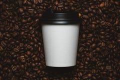 De bonen van de koffie met witte kop Royalty-vrije Stock Foto's