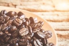 De bonen van de koffie op houten lepel Stock Foto's