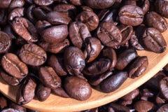 De bonen van de koffie op houten lepel Royalty-vrije Stock Afbeelding