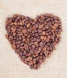 De bonen van de koffie in de vorm van hart stock foto