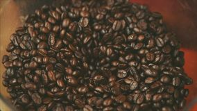 De Bonen van de premiekoffie na het Roosteren, Grond in een Koffiemolen Voorraadlengte Conceptenbegin de Dag met Koffie stock video