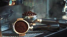De bonenmolen van de Barista roosterende koffie op de machine van de koffieespresso stock footage