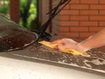 De bonnet van de auto het schoonmaken royalty-vrije stock afbeelding