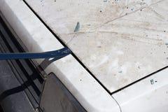 De bonnet van de de liftauto van de wetshandhaving aan onderzoeksbewijsmateriaal in wrakauto royalty-vrije stock afbeeldingen