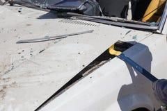 De bonnet van de de liftauto van de wetshandhaving aan onderzoeksbewijsmateriaal in wrakauto stock foto
