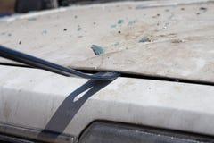 De bonnet van de de liftauto van de wetshandhaving aan onderzoeksbewijsmateriaal in wrakauto stock foto's