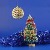 De bont-boom en de bal van Kerstmis. Stock Afbeelding