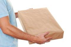 De boodschapper van de boodschappersdienst levert pakket stock foto