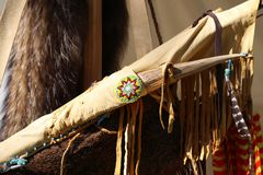 De boog en het mes van Native American met bont en parels stock afbeeldingen
