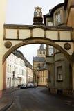 De boog met de Kruisigingsscène in Trier, Duitsland Royalty-vrije Stock Foto's