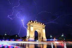 De Boog van Boekarest Triumph in het lichte 's nachts onweer Stock Afbeeldingen