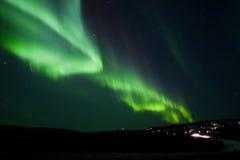 De boog van Borealis van de dageraad over heuvelterrein Royalty-vrije Stock Foto