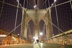 De boog van de Brug van Brooklyn op een koude de winternacht Stock Afbeelding