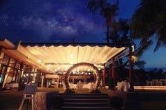 De boog van de huwelijksbloem bij nacht Stock Fotografie