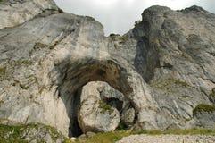 De boog van de rots. De bergen van Craiului van Piatra, Roemenië Stock Foto