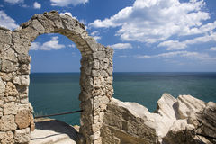 De boog van de steen bij kaap Kaliakra, Bulgarije Stock Foto