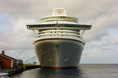 De boog van een massief cruiseschip Stock Foto's