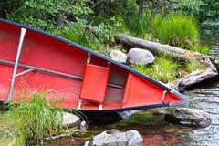 De boog van een rijboot ongeveer die in water moet worden gezet stock fotografie