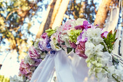 De boog van het close-uphuwelijk met bloemenboeketten wordt verfraaid dat Stock Foto's