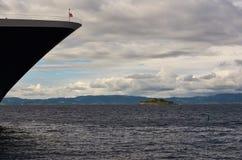 De Boog van het cruiseschip en Munkholmen, Trondheim, Noorwegen Royalty-vrije Stock Foto's