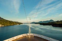 De boog van het cruiseschip, naar het zuiden op oceaankanaal, Alaska binnen Passage, middag stock fotografie