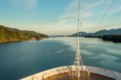 De boog van het cruiseschip, naar het zuiden op oceaankanaal, Alaska binnen Passage, middag stock foto