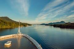 De boog van het cruiseschip, naar het zuiden op oceaankanaal, Alaska binnen Passage, middag royalty-vrije stock afbeelding