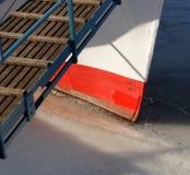 De boog van het rivierschip in het ijs wordt bevroren dat. Stock Fotografie