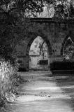De boog van het steenmonument in het park Royalty-vrije Stock Fotografie
