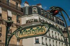 De boog van de Nouveaustijl waar ` Metropolitaanse ` in de metroingang in Montmartre in Parijs wordt geschreven Stock Fotografie
