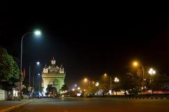 De boog van Patuxai bij nacht in vientiane, Laos stock fotografie