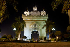 De boog van Patuxai bij nacht in vientiane, Laos stock foto