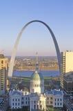 De boog van St.Louis met Oude Gerechtsgebouw en van de Mississippi Rivier, MO Stock Foto's