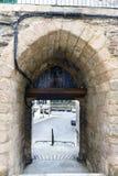 De boog van de steeningang aan de muren die een beroemd dorp beschermden royalty-vrije stock fotografie