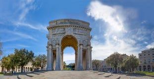 De boog van triomf, de overwinningsboog van Victory Square, Piazza della Vittoria in stadscentrum van Genua, Italië stock afbeeldingen